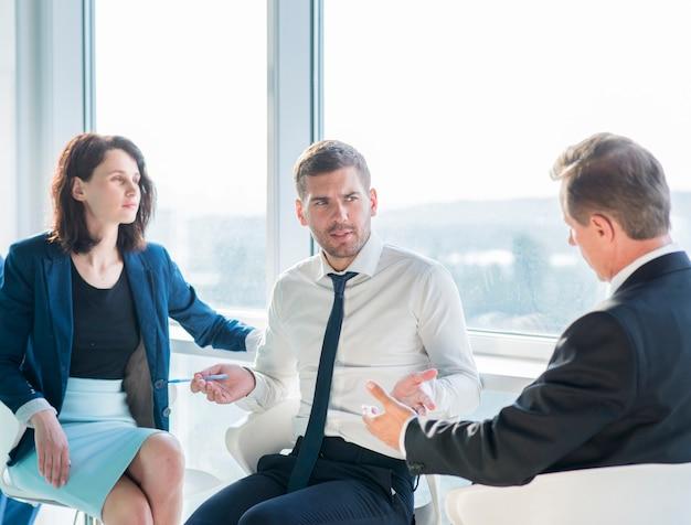 Gruppo di persone di affari che hanno conversazione in ufficio Foto Gratuite
