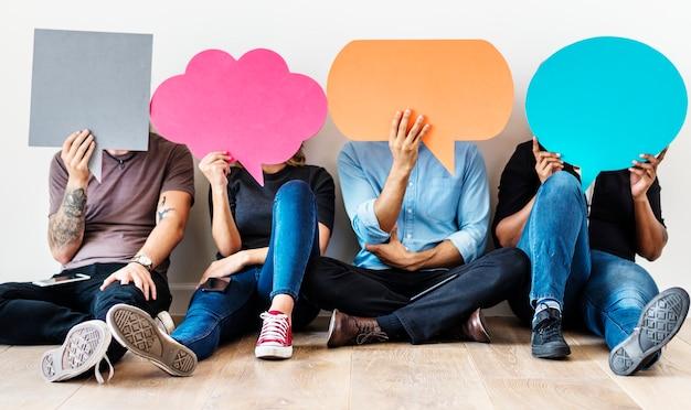 Gruppo di persone diverse con icone di bolle di discorso Foto Premium