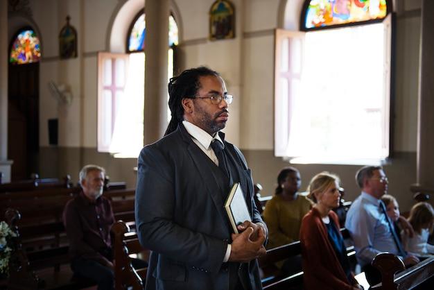 Gruppo di persone religiose in una chiesa Foto Premium