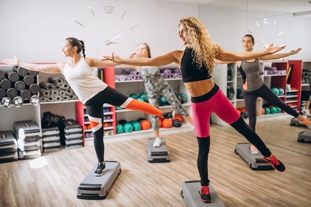 Gruppo di pilates allenandovi in palestra Foto Gratuite