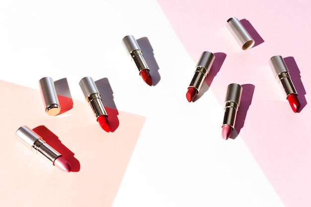 Gruppo di rossetti metallici su sfondo pastello Foto Gratuite