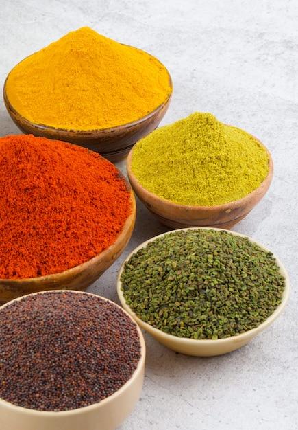 Gruppo di spezie indiane Foto Premium