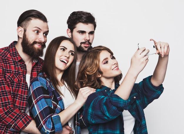 Gruppo di studenti che prendono selfie Foto Premium