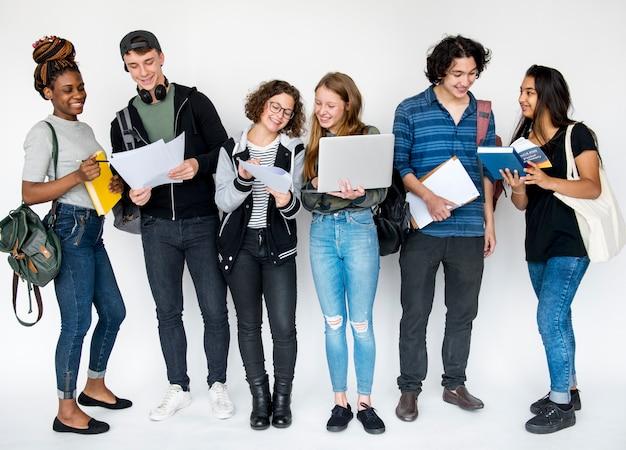 Gruppo di studenti facendo qualche ricerca Foto Premium