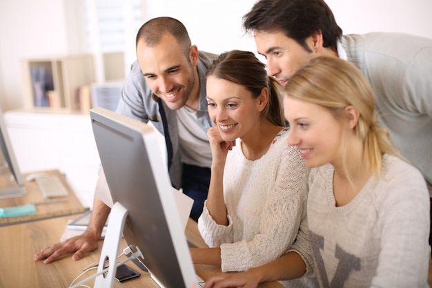 Gruppo di studenti in business school Foto Premium