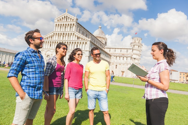Gruppo di turisti a pisa, italia Foto Premium