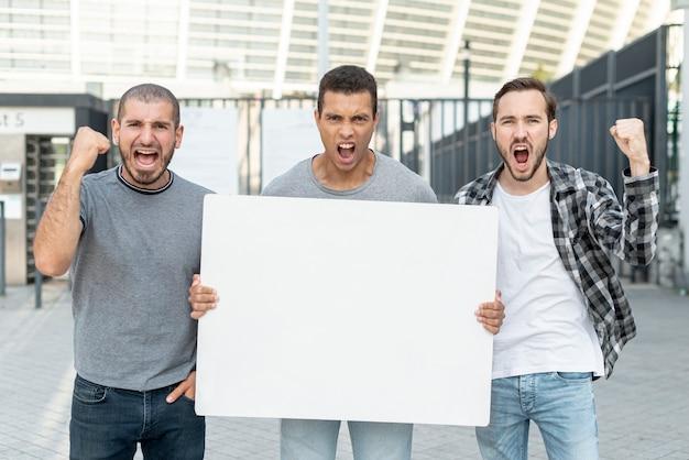 Gruppo di uomini che protestano insieme Foto Gratuite