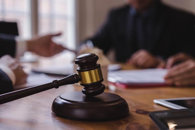Gruppo di uomini d'affari e avvocato o discussione squadra di giudice Foto Premium