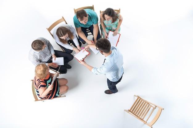 Gruppo di uomini d'affari in una riunione Foto Gratuite