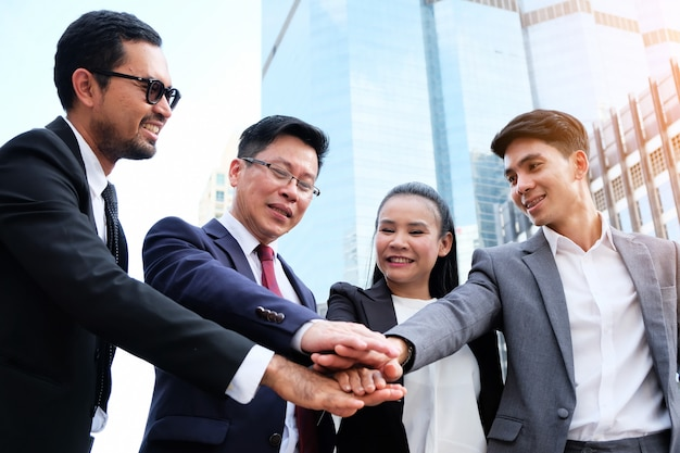 Gruppo di uomini d'affari si congratulano. Foto Premium