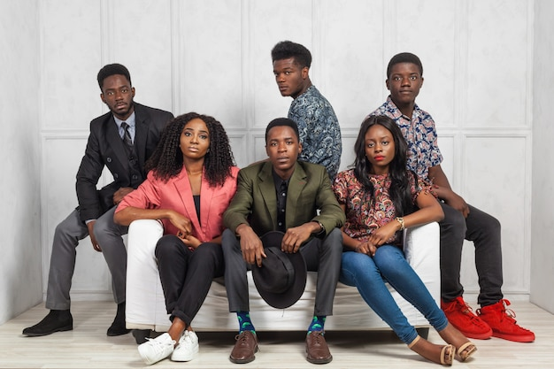 Gruppo di uomini e donne afroamericani rilassanti Foto Premium