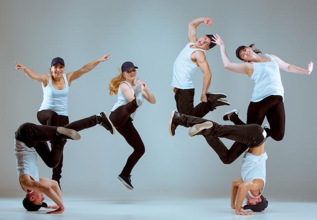 Gruppo di uomini e donne che ballano coreografia hip-hop Foto Gratuite