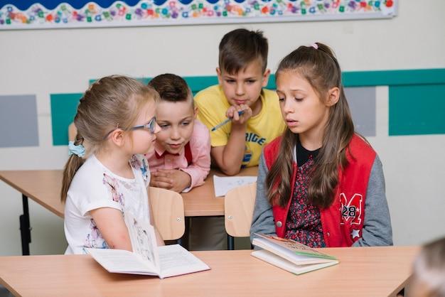 Gruppo o scolari in aula Foto Gratuite