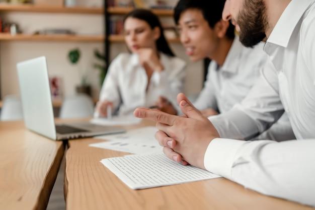 Gruppo vario di uomini d'affari che discutono di affari nell'ufficio Foto Premium