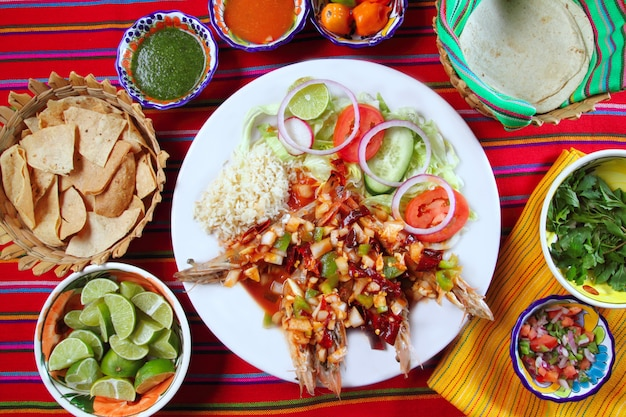 Guajillo chili shrimps salse messicane a base di peperoncino Foto Premium