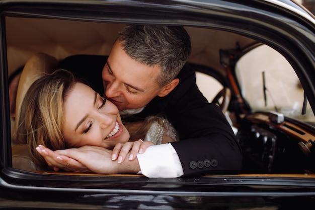 Guarda dall'esterno adorabile sposi in abito di classe Foto Gratuite