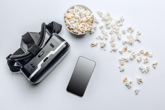 Guardare il concetto di film. popcorn e vr. Foto Premium
