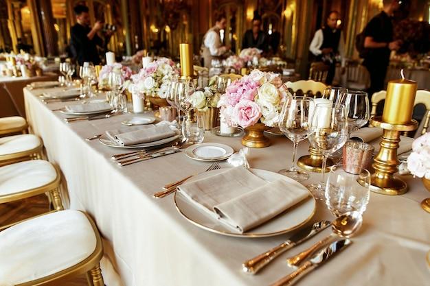 Guardate da lontano a una tavola da pranzo servita con for Tavola da pranzo