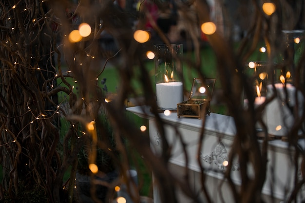 Guardate i rami lucidi al tavolo bianco con le candele Foto Gratuite
