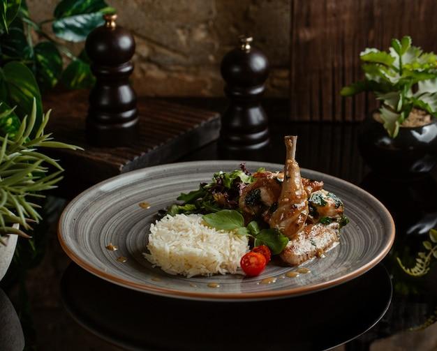 Guarnito di riso speziato con cosce di pollo saltate e vegetazione Foto Gratuite