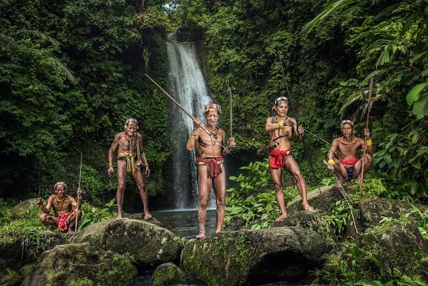 Guerriero del mentawai. gli abitanti indigeni etnici delle isole di muara siberut sono anche conosciuti come il popolo mentawai. sumatra occidentale, isola di siberut, indonesia. Foto Premium