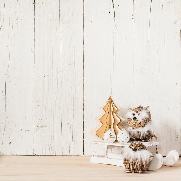 Gufi con ornamenti natalizi e spazio vuoto Foto Gratuite