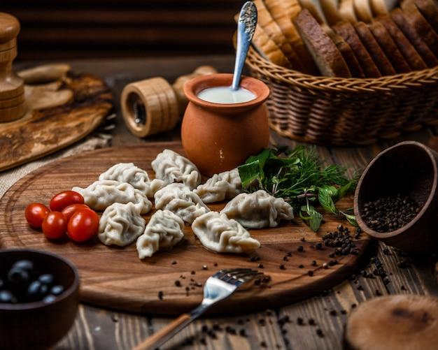 Gurza azero tradizionale sulla tavola di legno Foto Gratuite