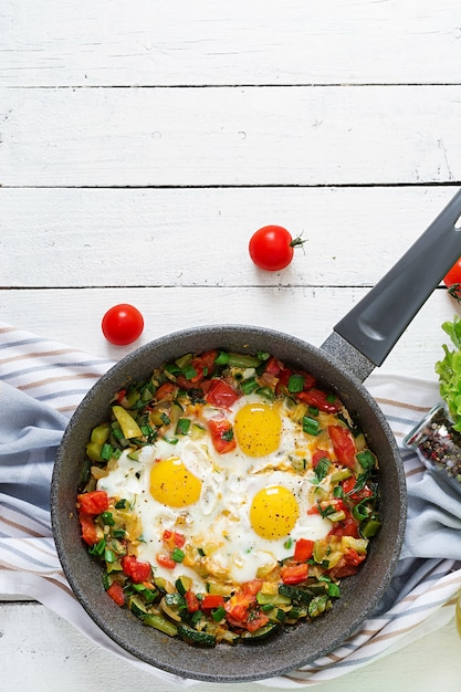 Gustosa colazione uova fritte con verdure. shakshuka. vista dall'alto. disteso Foto Premium