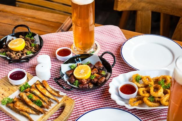 Gustosa roulette di farina di carne con limone, spratto e birra Foto Premium