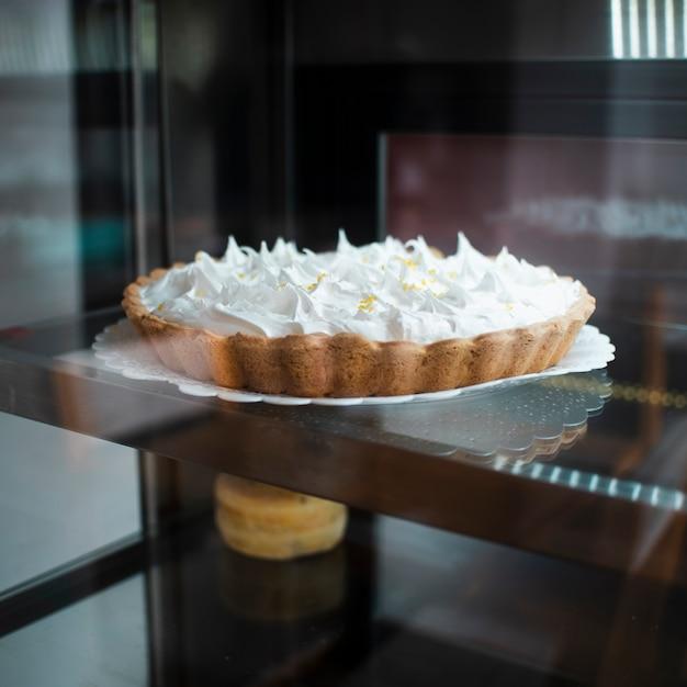 Gustosa torta al forno con panna montata Foto Gratuite