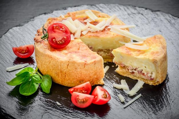 Gustosa torta con ripieni diversi Foto Premium