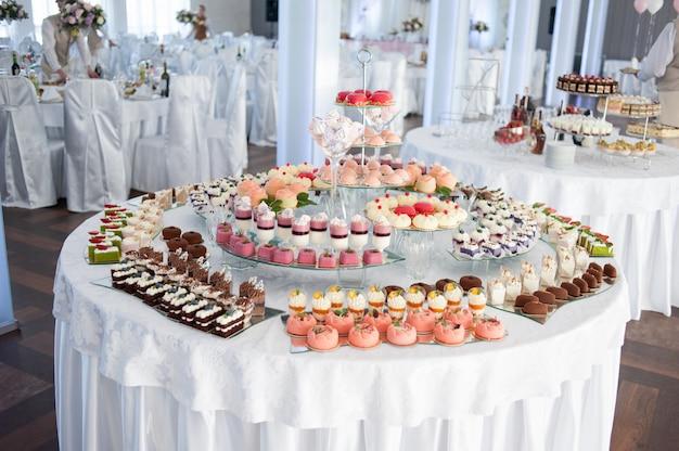 Gustose decorazioni nuziali. barretta di cioccolato. tavolo dolce Foto Premium