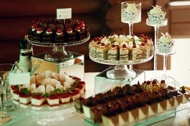 Gustose torte di frutta e cioccolato si appoggiano su lastre di vetro Foto Gratuite