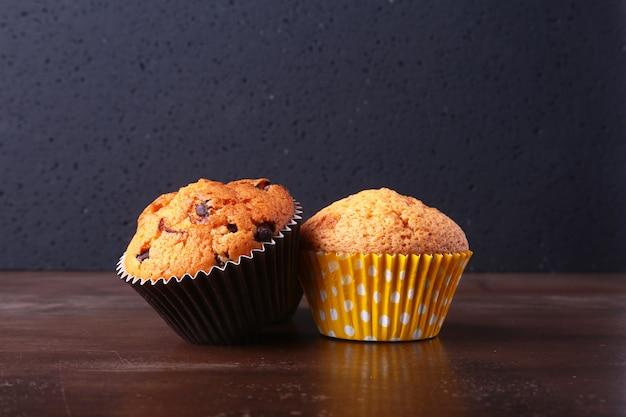 Gustosi cupcakes al cioccolato, muffin su un tavolo di legno bianco Foto Premium