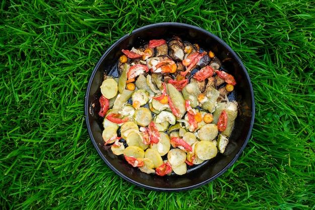 Gustoso cibo estivo. verdure arrostite: zucchine, peperoni, carote e patate. Foto Premium