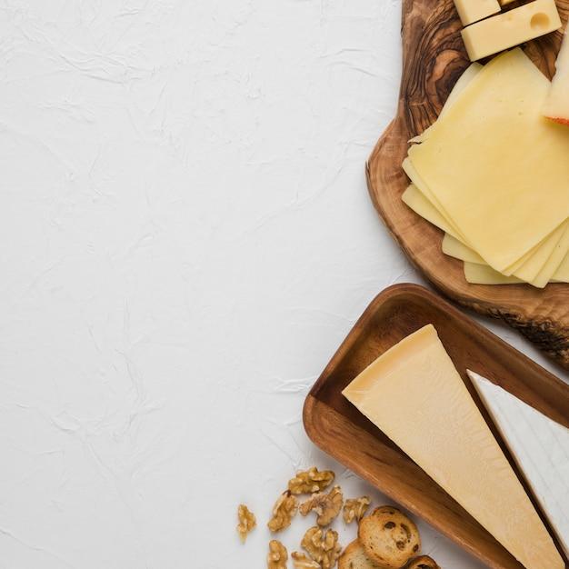 Gustoso piatto di formaggi con fetta di pane e noci Foto Gratuite