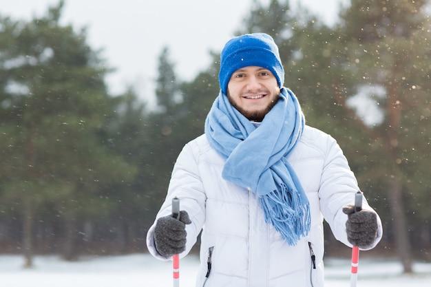 Guy in snowfall Foto Gratuite