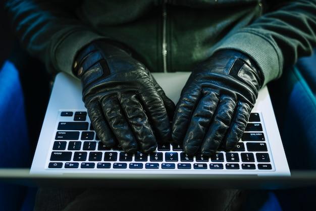 Hacker con laptop Foto Gratuite