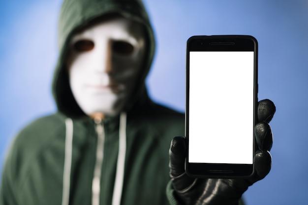 Hacker con modello di smartphone Foto Gratuite