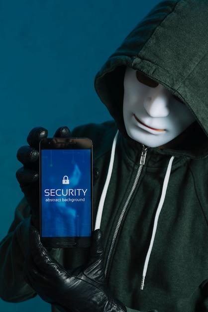 Hacker in possesso di smartphone Foto Gratuite