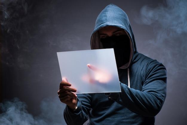 Hacker lavorando su tablet al buio Foto Premium