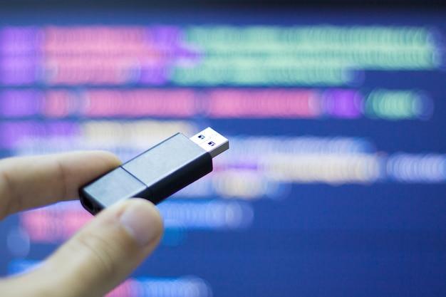 Hacker usa un flash usb per infettare l'attrezzatura del computer Foto Premium
