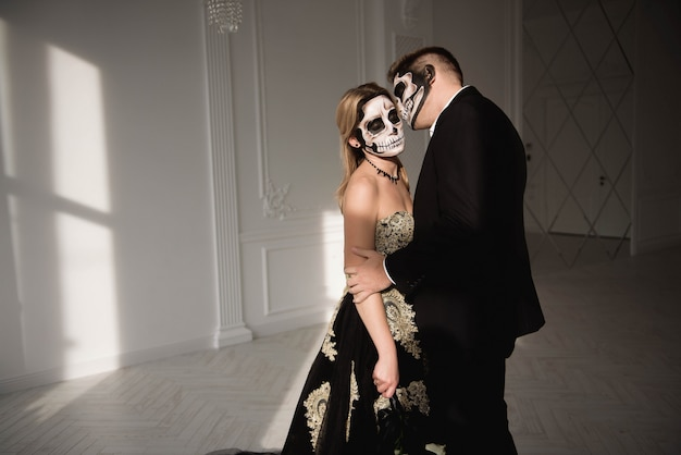 Halloween zombie party e horror. coppia di halloween con il trucco Foto Premium