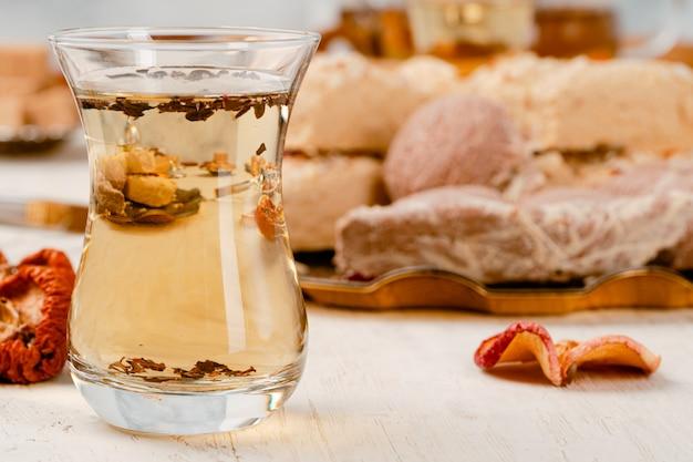 Halva turco con tè in una fine di vetro della tazza in su Foto Premium