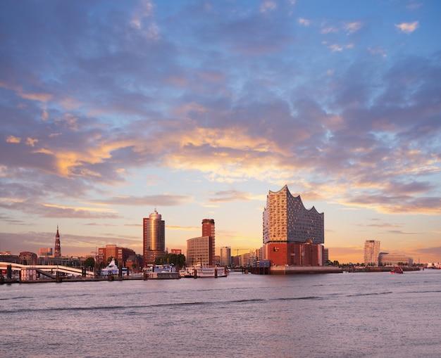 Hambirg, vista sul fiume elba verso elbphilharmonie al tramonto Foto Premium