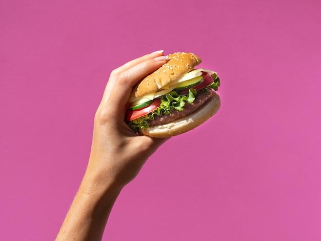 Hamburger americano con lattuga su sfondo rosa Foto Gratuite