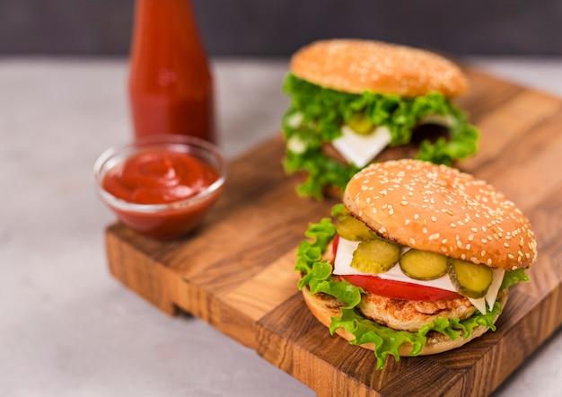 Hamburger classici del primo piano con ketchup Foto Gratuite