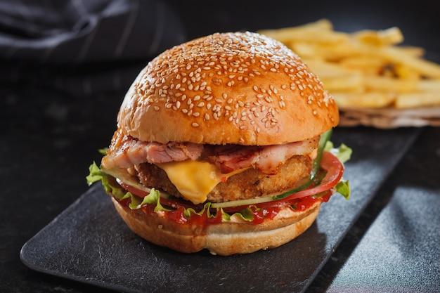 Hamburger con formaggio sul tavolo di legno Foto Premium