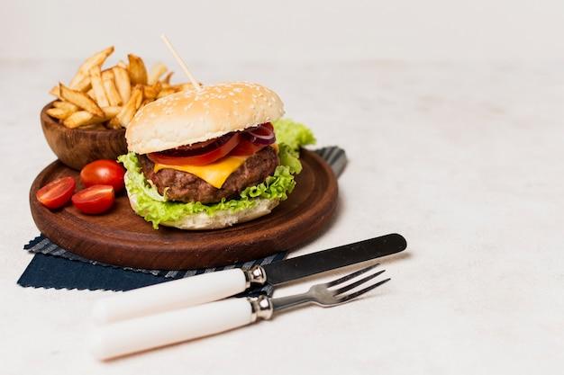 Hamburger con patatine fritte e posate Foto Gratuite