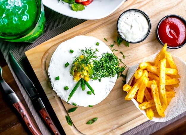 Hamburger con patatine fritte vista dall'alto Foto Gratuite